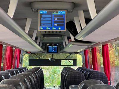 Bus mit Display im Innenraum